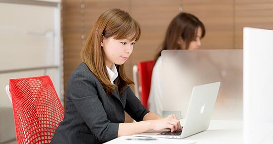 コワーキングスペースで仕事する女性