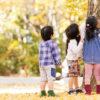 秋の公園で遊ぶ子ども