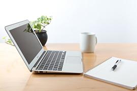 机とノートパソコン