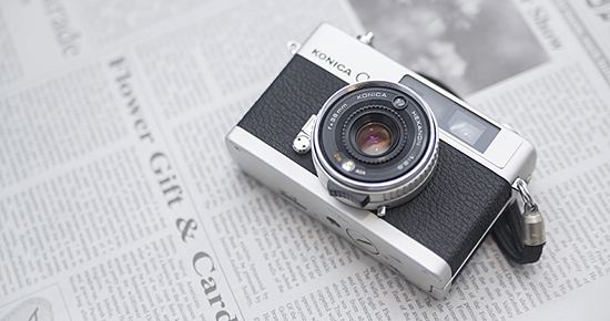 英文の新聞とレトロなカメラ